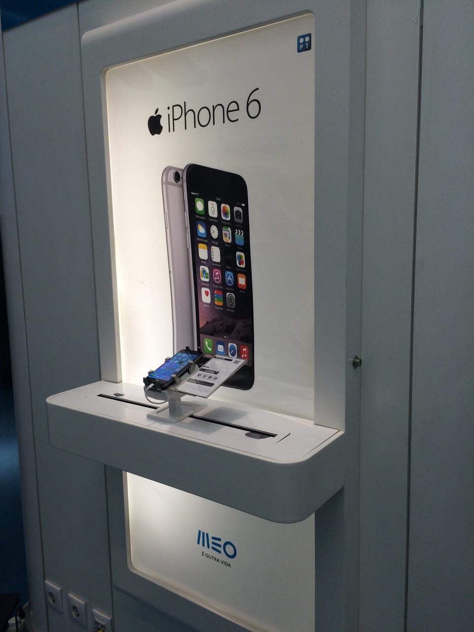gripzo-iphone-6-secured-by.com-wall-display.jpg